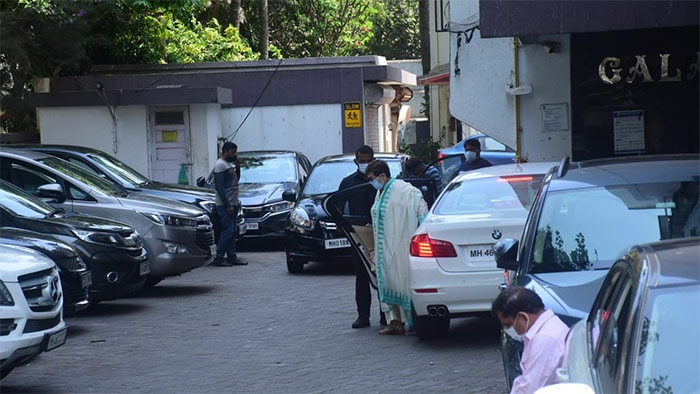 Senior actress Helen was pictured outside Salman Khan\'s Bandra residence. She had gone there for the celebrations of Eid Ul Fitr.