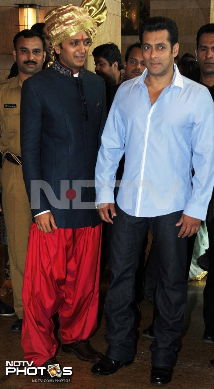 Salman at the wedding of Riteish\'s brother