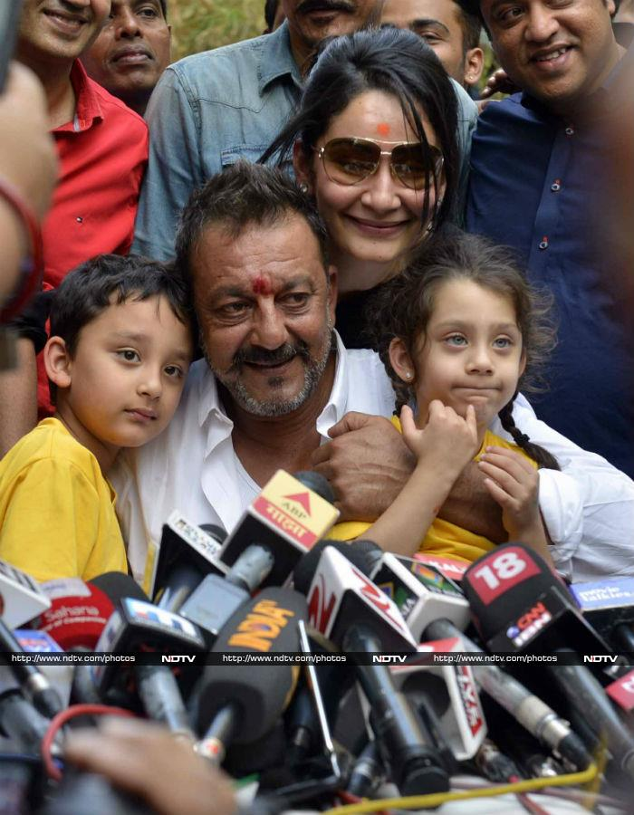 Sanjay Dutt\'s Aww-Some Moments With Shahraan and Iqra