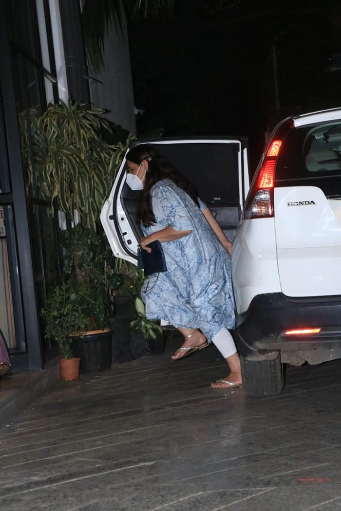 सारा अली खान ने मां के साथ देखी राधिका मदान की फिल्म