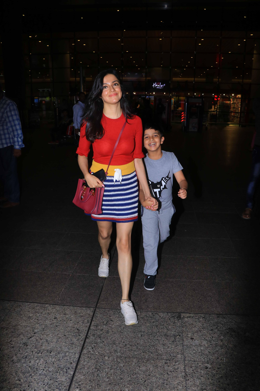 मुंबई एयरपोर्ट पर कुछ इस अंदाज में नजर आईं बॉलीवुड एक्ट्रेस सारा अली खान