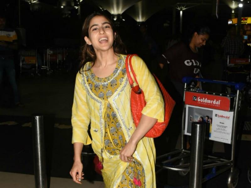 Photo : मुंबई एयरपोर्ट पर कुछ इस अंदाज में नजर आईं बॉलीवुड एक्ट्रेस सारा अली खान