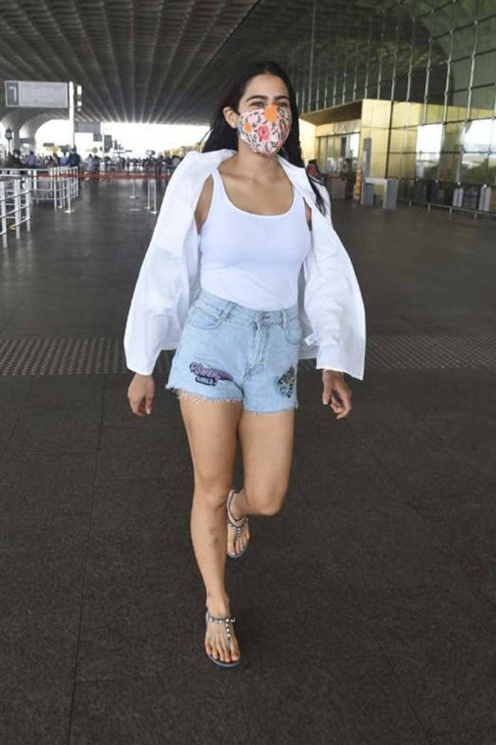 Sara Ali Khan And Amrita Singh Fly Off To Maldives