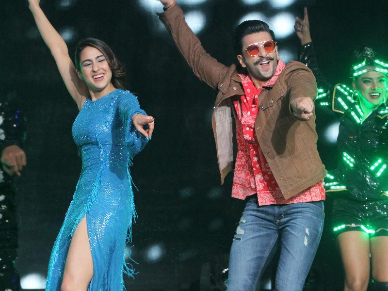 Photo : रियलिटी शो में जमकर थिरके रणवीर सिंह और सारा अली