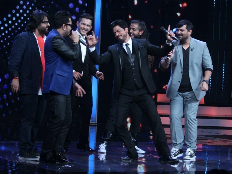 Photo : सिंगिंग रियलिटी शो सारेगामापा के सेट्स पर शाहरुख खान ने किया भांगड़ा