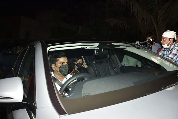 Seema Khan, Maheep Kapoor, Neelam Kothari Visit Shah Rukh Khan And Gauri