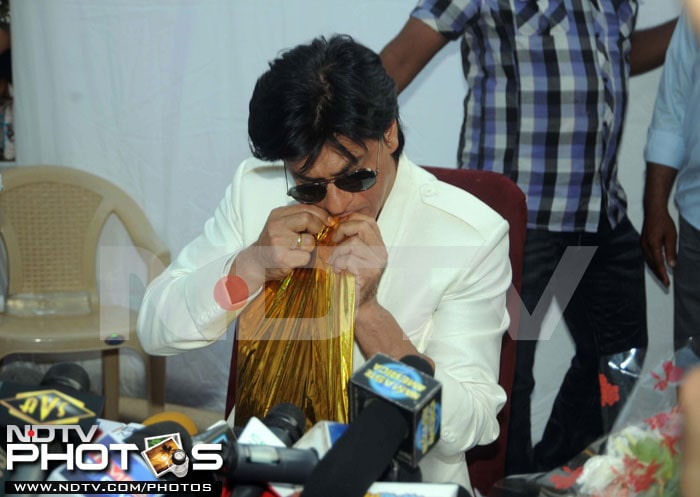 Shah Rukh Khan celebrates birthday with fans