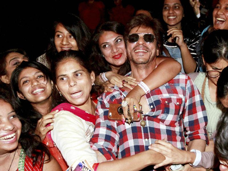 Photo : शाहरुख से मिलने पहुंची ढेरों 'राधा', पर क्या था कारण...