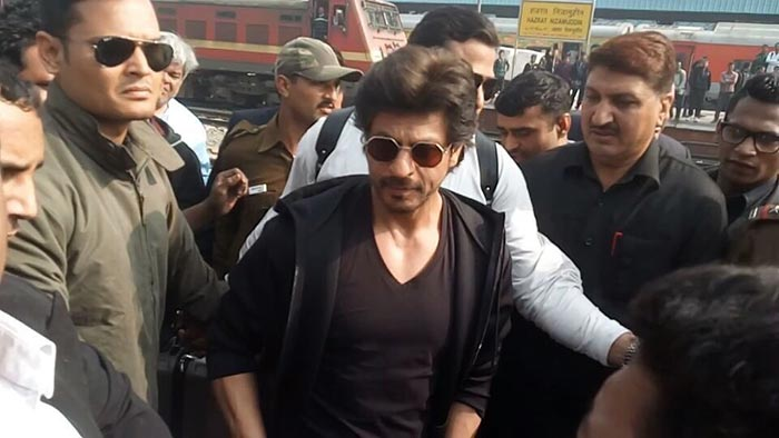 Flip Through The Pages Of Shah Rukh Khan\'s Mumbai-Delhi Journey For Raees