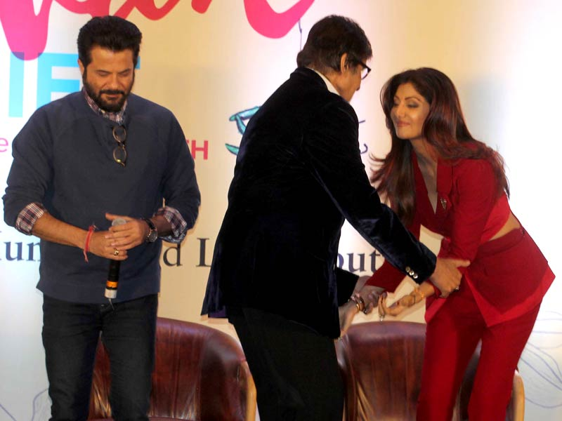 That Sanskari Moment When Shilpa Touched Big B's Feet