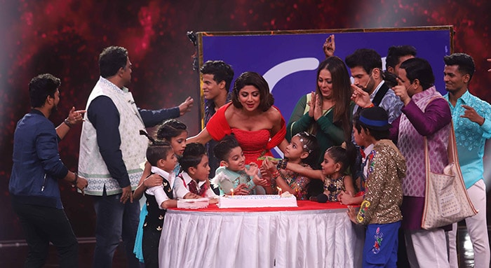 Shilpa Shetty\'s Early Birthday Party On Super Dancer Sets