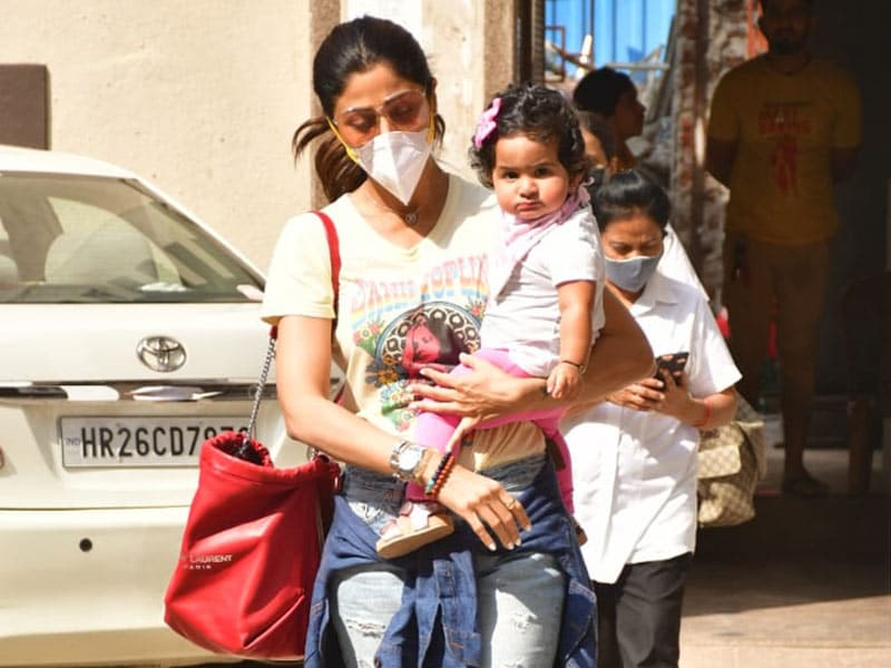 Photo : Baby's Day Out: Samisha Spotted With Mom Shilpa Shetty