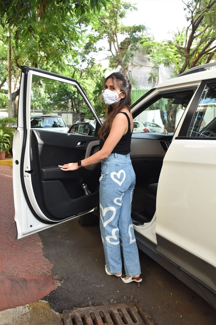 Kriti Kharbanda looked pretty as she was spotted outside filmmaker Luv Ranjan\'s office in Juhu.