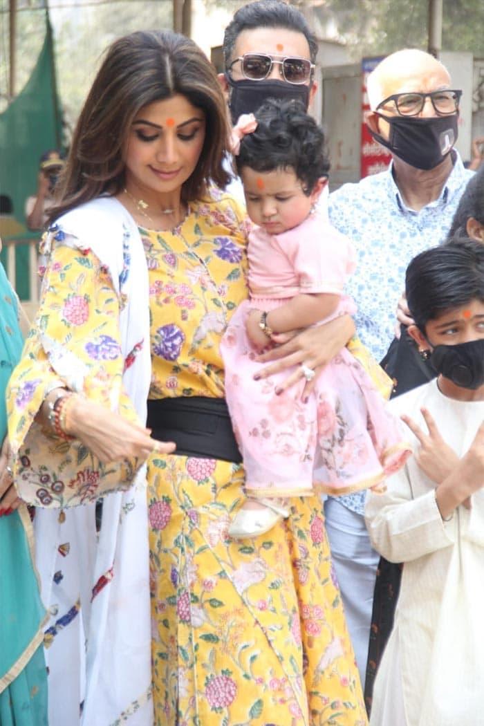 On Samisha\'s First Birthday, Mom Shilpa Shetty Visits Siddhivinayak Temple With Family