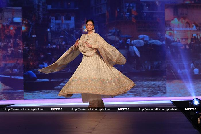 Shweta Bachchan, Sonam Kapoor Twirled Their Way To Our Hearts!