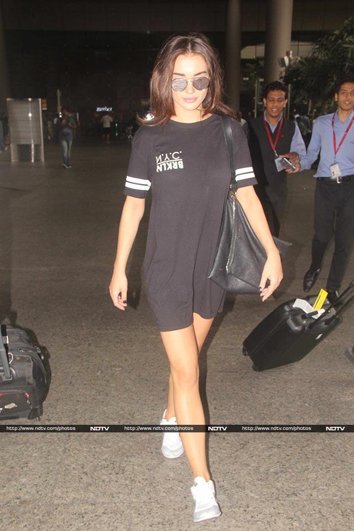 Sonam Kapoor\'s Denim Dare at the Airport