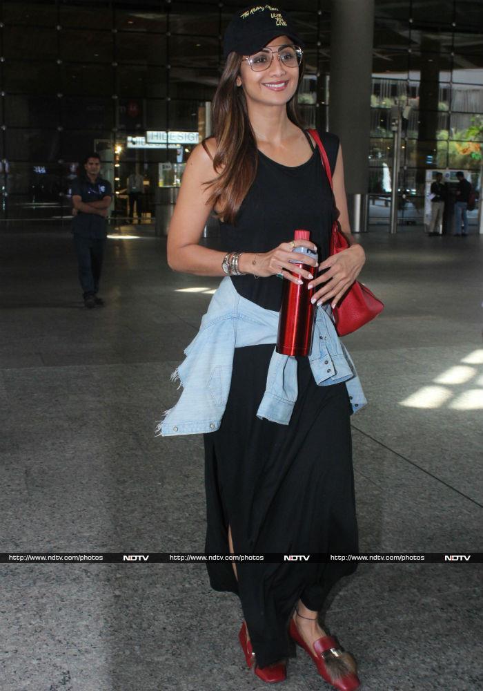 सोनम कपूर और आनंद आहूजा का एयरपोर्ट पर बिंदास कैजुअल लुक