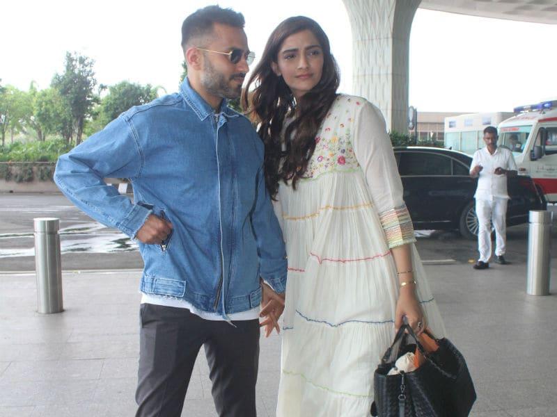 Photo : सोनम कपूर और आनंद आहूजा का एयरपोर्ट पर बिंदास कैजुअल लुक