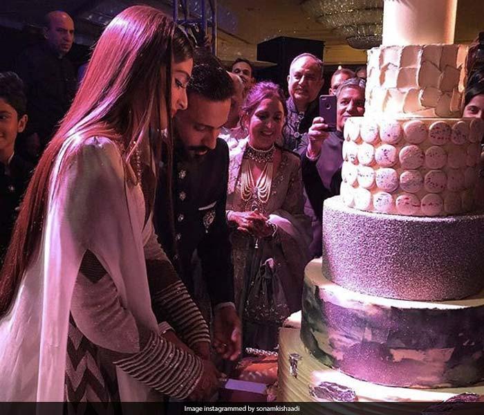 22 Photos में देखें सोनम कपूर और आनंद आहूजा का Wedding Album