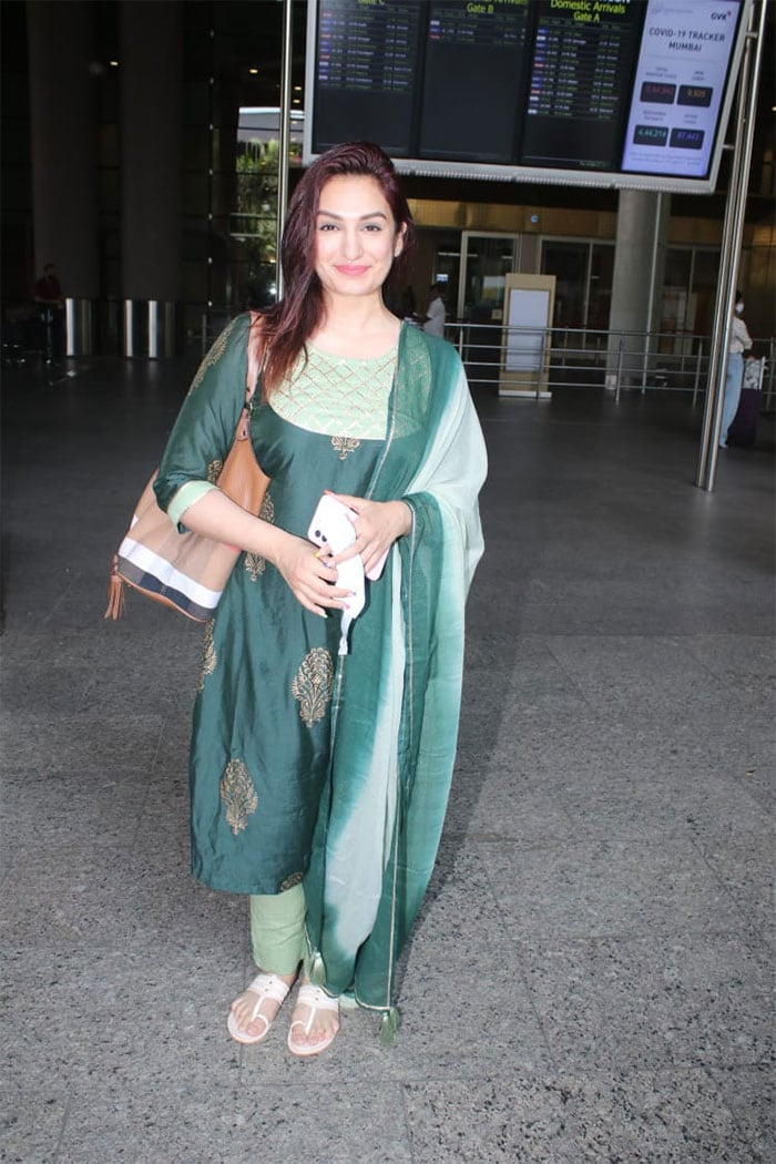 Singer Aakriti Kakkar was also photographed at the airport.