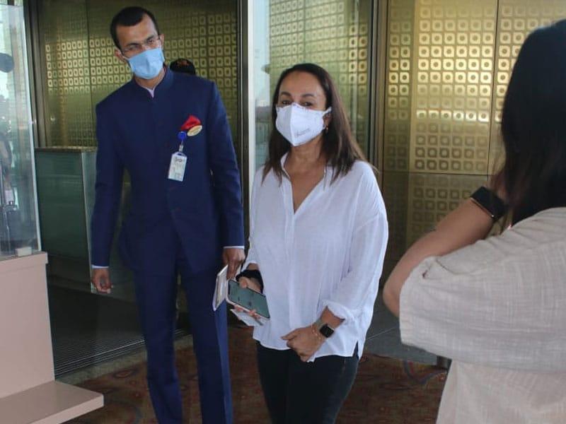 Photo : सोनी राज़दान को एयरपोर्ट पर किया गया स्पॉट