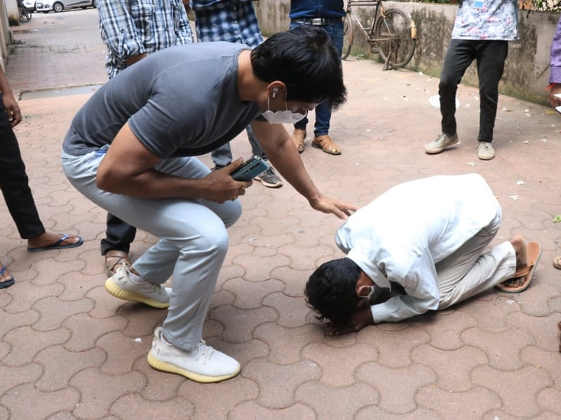 Photo : Sonu Sood Spotted Outside His Residence Consoling Visitors Who Sought Help From Him