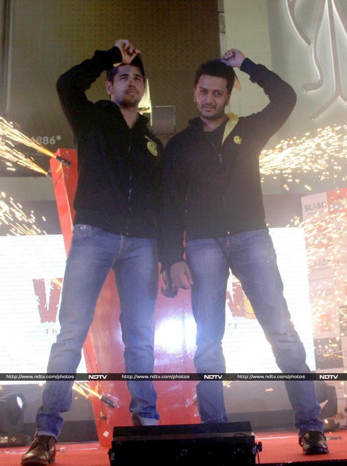 Wednesday Matinee: Karisma, Bachchans, Shraddha & Sunny