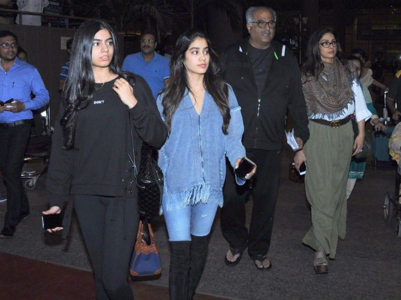 Photo : बिग फैट पंजाबी वेडिंग मनाकर अबु धाबी से वापस लौटीं श्रीदेवी और उनकी बेटियां