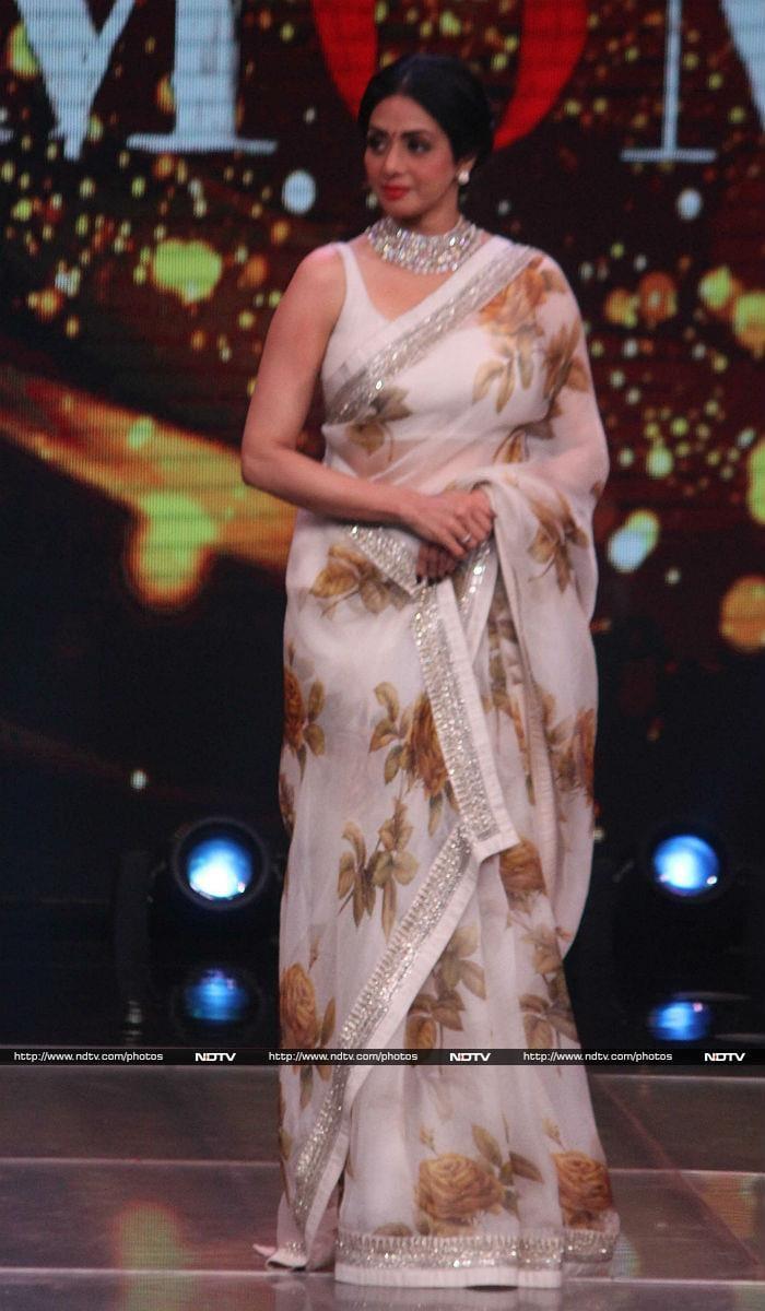 'मॉम' के प्रमोशन के दौरान 'चांदनी' सी खूबसूरत लगी श्रीदेवी...
