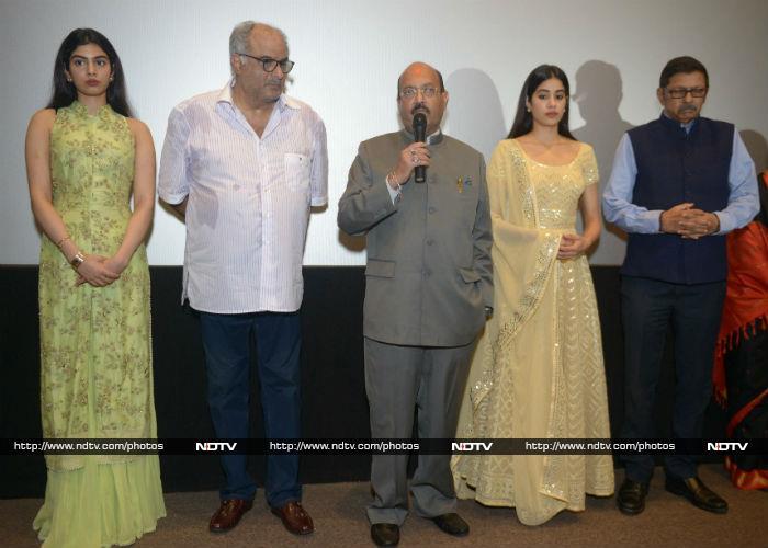 मिस्टर इंडिया की स्क्रीनिंग पर बोनी, जाह्नवी और खुशी कपूर ने श्रीदेवी को किया याद