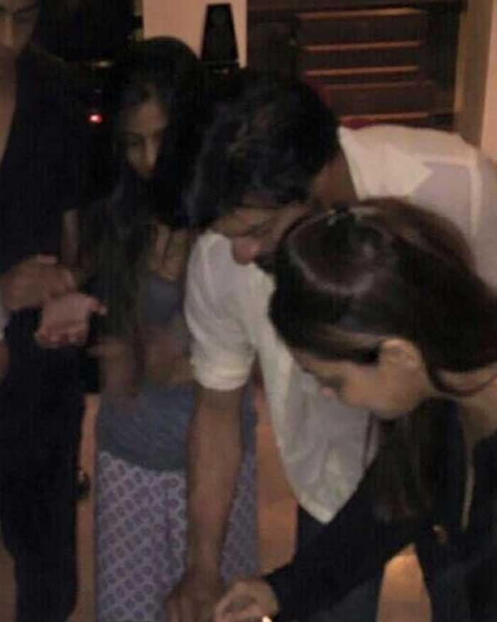 SRK Fever in Mumbai. At Home, Birthday Cake With Gauri and the Kids