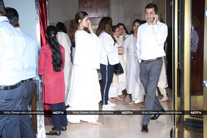 Inside Suraj Prakash Malhotra\'s Prayer Meet: Alia Bhatt, Neetu Kapoor, Anil Kapoor And Others