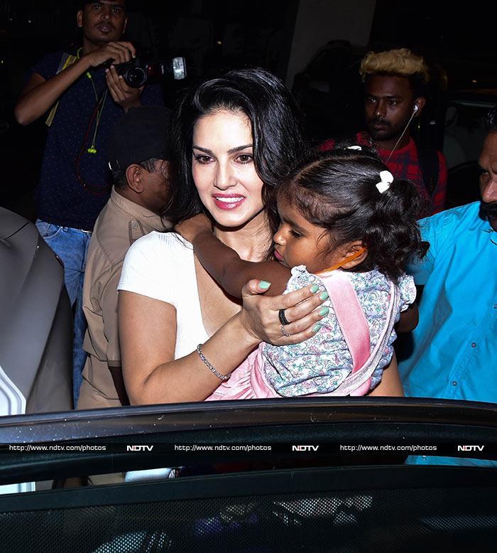 क्यूट बेटी निशा के साथ सनी लियोनी का खास अंदाज