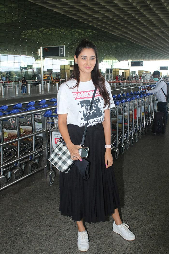 Star Studded Airport With Tamannaah Bhatia, Pooja Hegde And Amyra Dastur