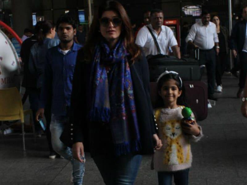Photo : मस्ती के मूड में दिखीं अक्षय कुमार की बेटी, मम्मी-पापा संग छुट्टियों से लौटीं