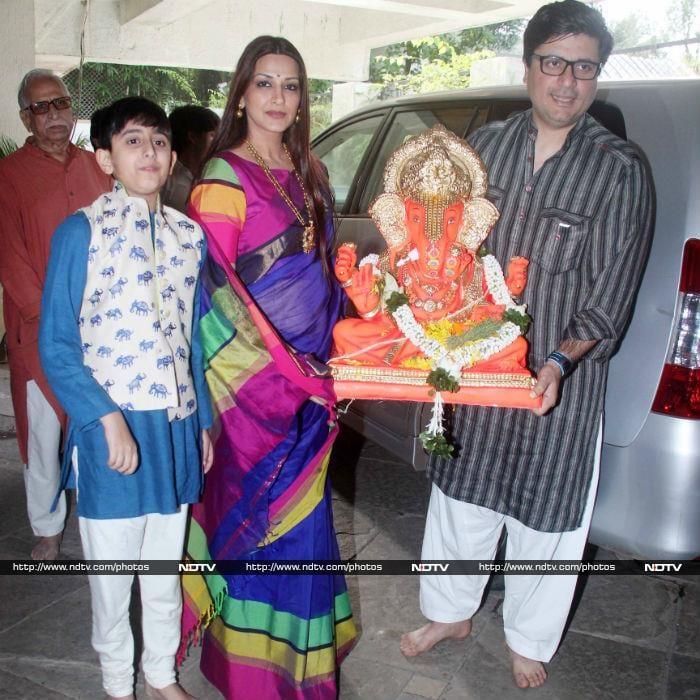 Twinkle Joins Sonali Bendre For Ganpati Visarjan