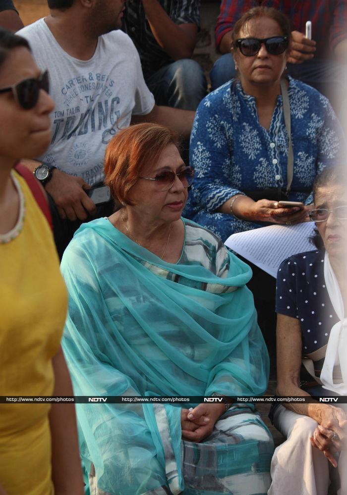 बेटियों के न्याय के लिए प्रोटेस्ट में दिखीं ट्विंकल, हुमा कुरैशी, हिना खान समेत कई हस्तियां