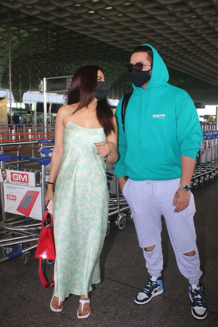Celebrity couple Aly Goni and Jasmin Bhasin were also pictured at the airport.