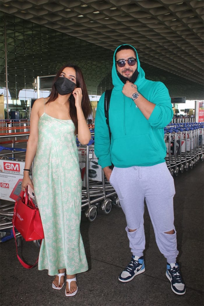 They posed happily for the shutterbugs at the airport.