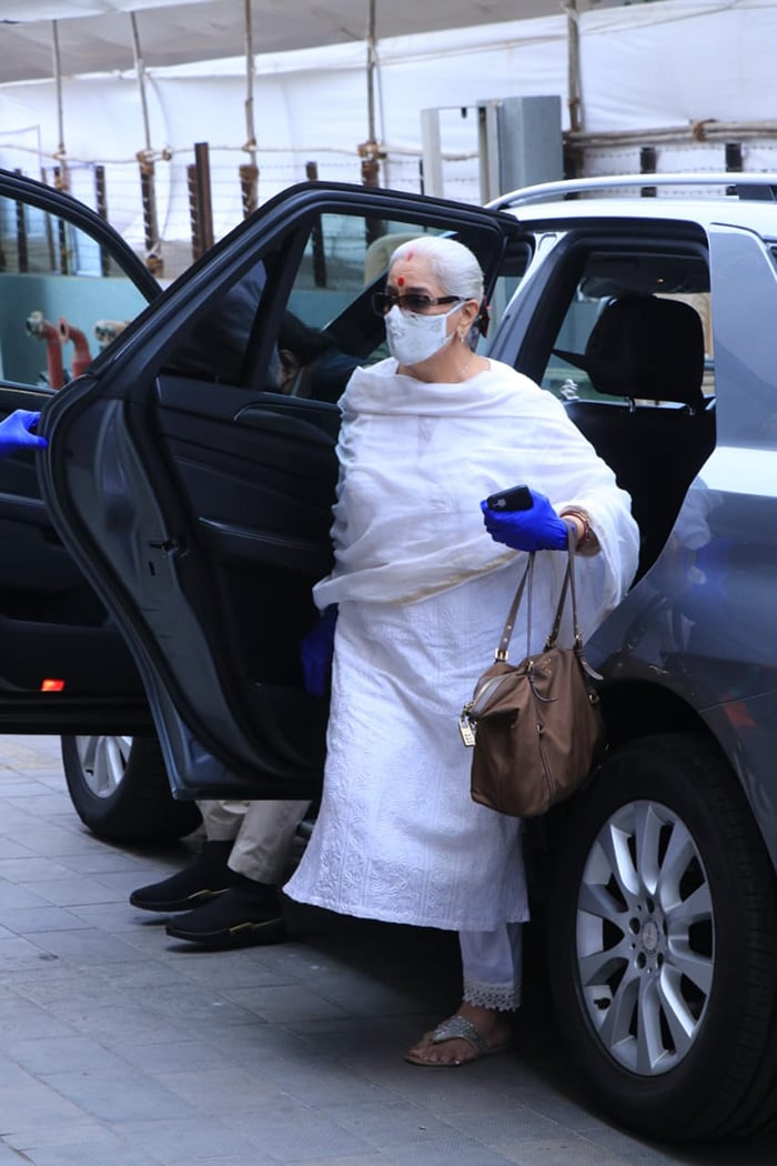 Shatrughan Sinha\'s wife Poonam Sinha arrived in an elegant white suit for the vaccination.
