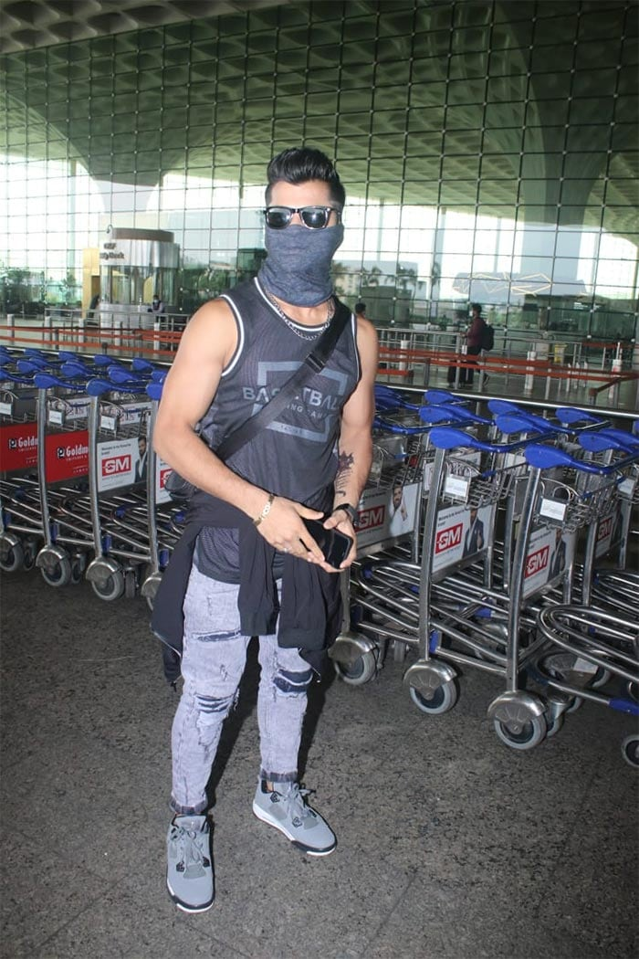 Siddharth Nigam, on the other hand, was photographed at the Mumbai airport.