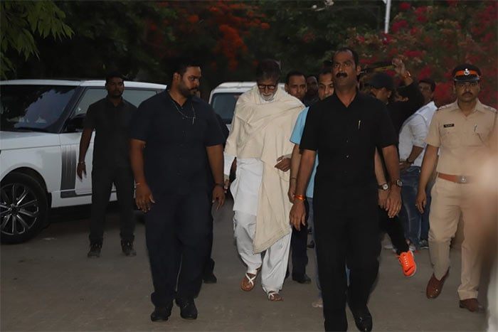 Amitabh Bachchan, The Kapoors And Others Attend Veeru Devgan\'s Funeral