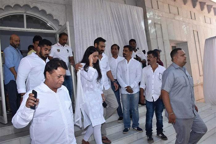Inside Veeru Devgan\'s Prayer Meet: The Bachchans, Salman Khan, Kareena Kapoor And Others