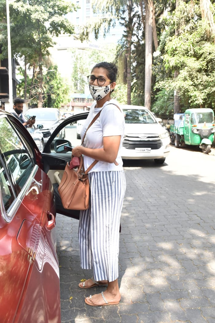 Kubbra Sait also posed happily for the cameras outside a clinic in the city.