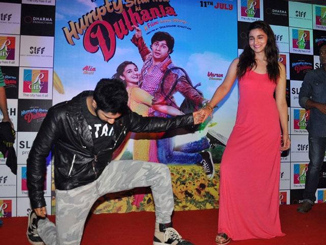 Photo : When Varun Went Down on His Knee for Alia