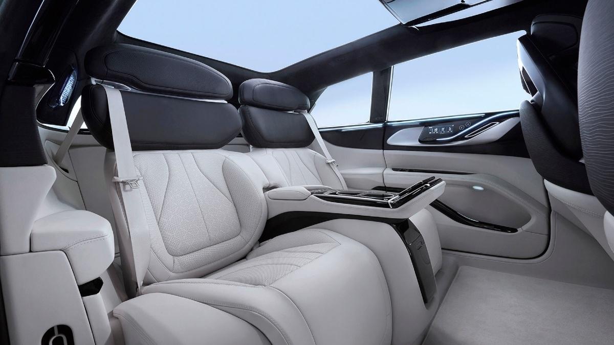 सिंगल चार्ज में 500 किलोमीटर भागती है यह आलिशान इलेक्ट्रिक कार, जानें इसकी खूबियां