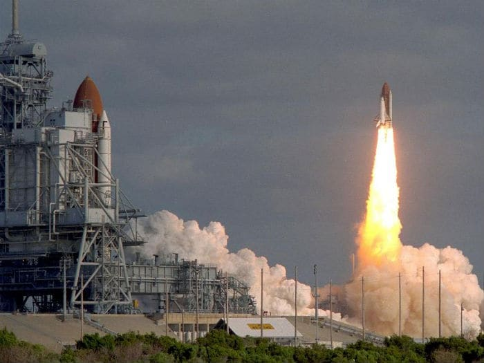 Space shuttle Discovery to wave last goodbye