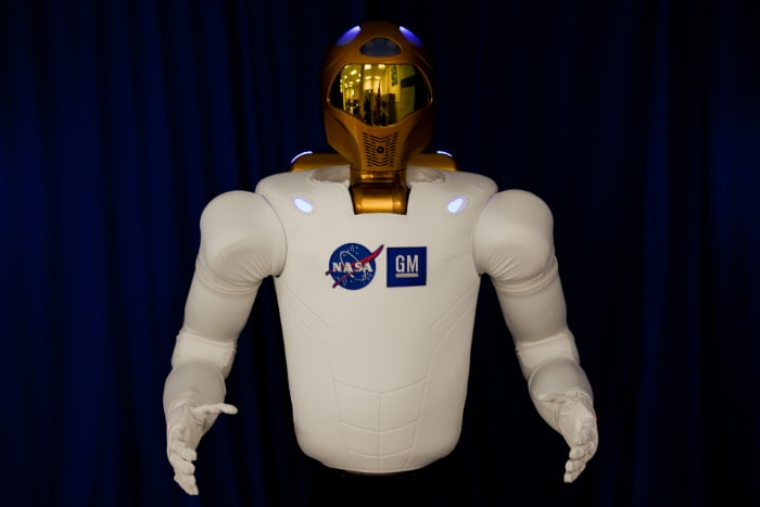 Photo : Spacewalking robot, sends tweets