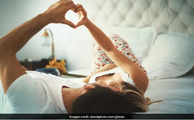 अल्फा वन एंड्रोलॉजी ग्रुप के निदेशक और यौन चिकित्सा सलाहकार, डॉ. अनूप धीर कहते हैं, केवल एक व्यक्ति को ही कॉन्डोम का इस्तेमाल करना चाहिए. यदि दोनों इसका इस्तेमाल करते हैं, तो कॉन्डोम फटने की संभावना अधिक रहती है.