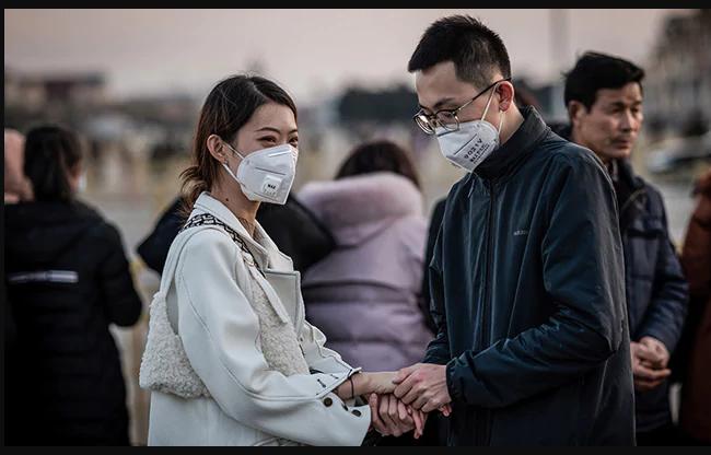 कोरोनावायरस से कैसे बचा जा सकता है?<br> ऐसा नहीं है कि सिर्फ खांसने से यह कोरोना वायरस फैल सकता है बल्कि अगर कोई व्यक्ति खांसी कर रहा है और वह मुंह पर हाथ लगाता है और वहीं हाथ आपसे मिलाता है तो भी यह फैल सकता है ऐसा में खाना खाने से पहले हाथों को अच्छे से धोना फायदेमंद होगा. तस्वीर: एएफपी